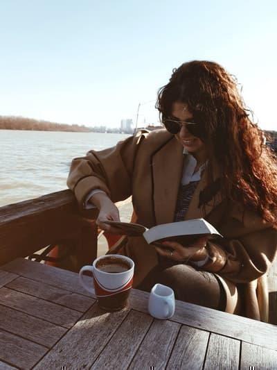 fika kahve molası sahil kadın kitap