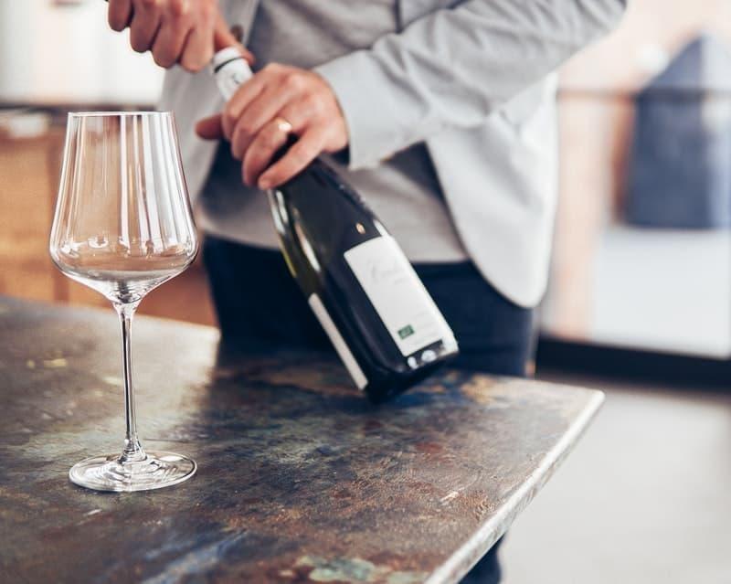 şarap şişesi ve kadehi