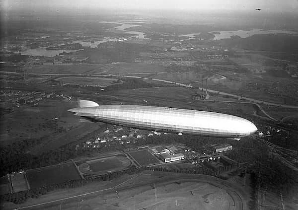 Bundesarchiv_Bild_102-00960A,_Berlin,_Graf_Zeppelin_LZ_127