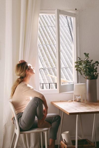 sıkılmak kadın pencere
