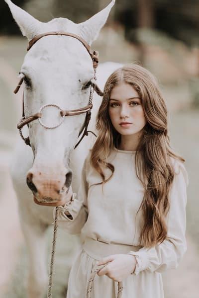 at beyaz kadın