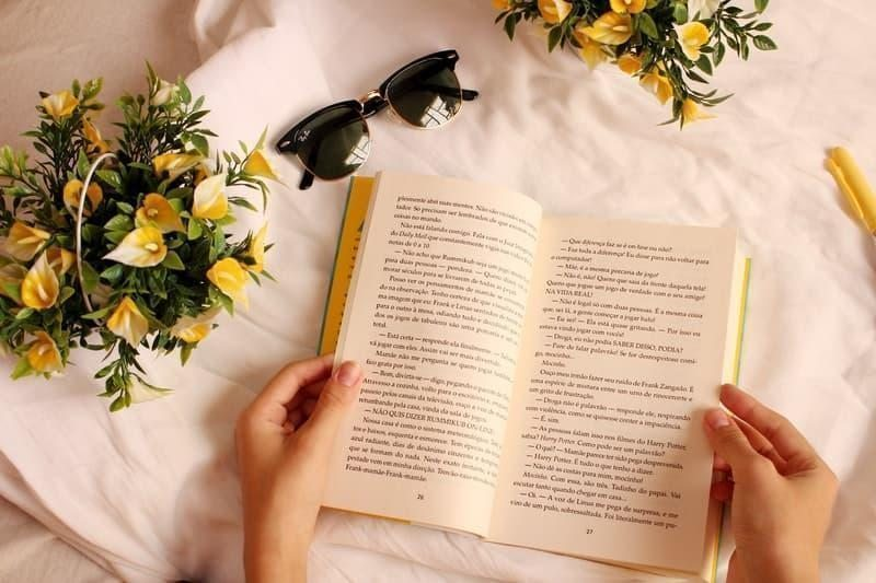 kitap çiçekler masa