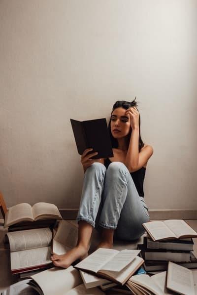 kadın kitaplar okumak