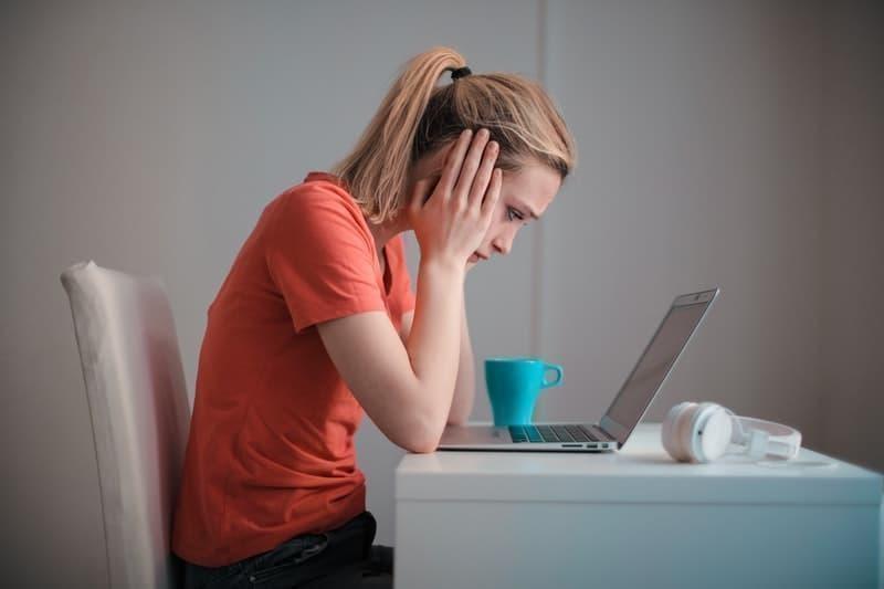 kötü haber kadın laptop