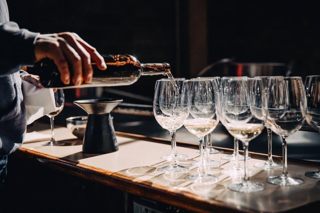 şarap tadımının incelikleri şarap doldurma