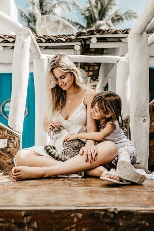 kedi anne kız çocuk