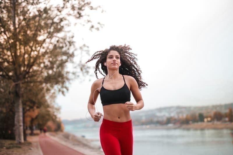 koşu doğa kadın