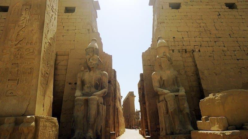 luxor karnak tapınağının girişi